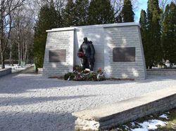 Монумент перенесенный на Военное кладбище.