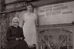 Вдова Шаховского у его могилы (1930 год).
